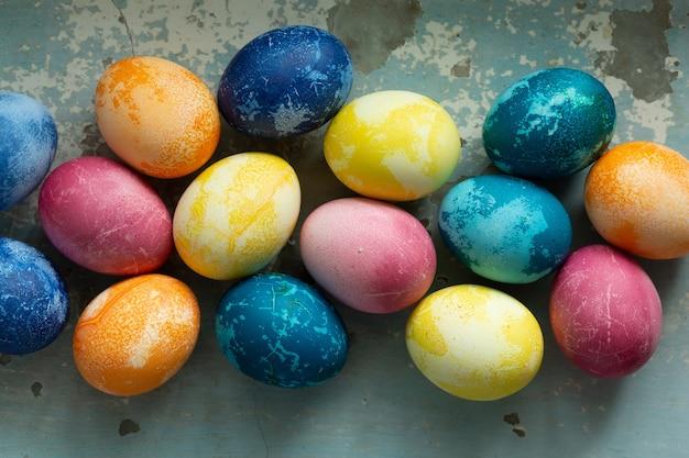 Ovos de páscoa em fundo azul de concreto velho