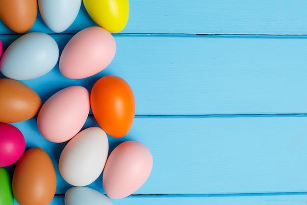 Ovos de páscoa em fundo azul de madeira
