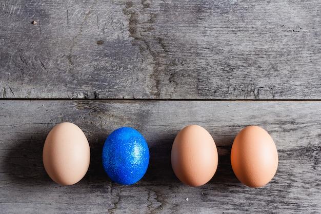 Ovos de páscoa em madeira cinza
