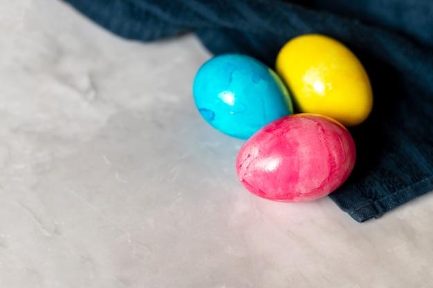 Ovos de páscoa em mármore fundo na toalha azul escuro