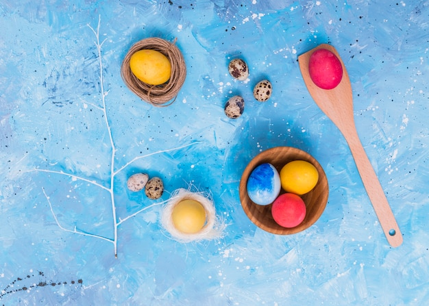 Ovos de páscoa em ninhos na mesa