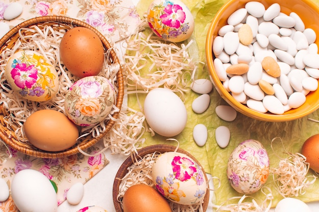 Ovos de páscoa em placas e pequenas pedras na tigela