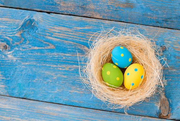 Ovos de páscoa em um fundo azul de madeira