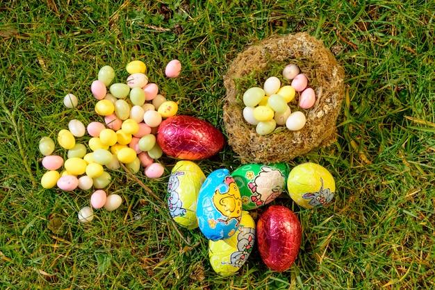 Ovos de páscoa em um jardim