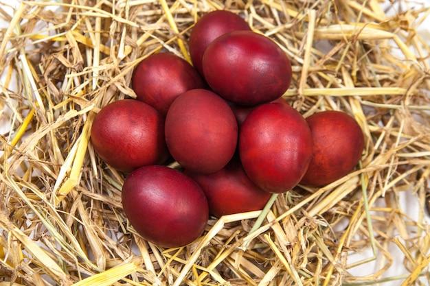 Ovos de páscoa em um ninho de palha. feliz páscoa!