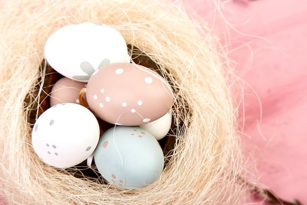 Ovos de páscoa em um ninho