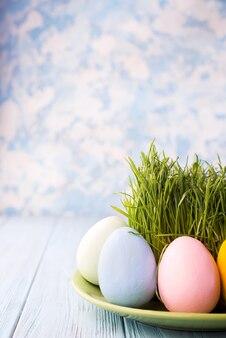 Ovos de páscoa em um prato
