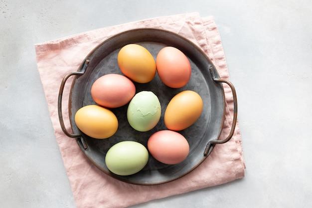 Ovos de páscoa em uma bandeja vintage e um ovo quebrado no meio