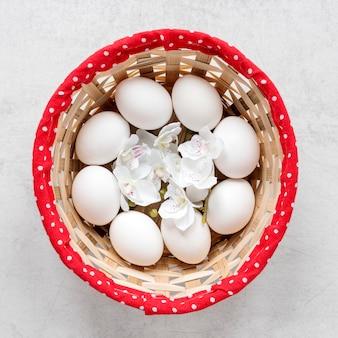 Ovos de páscoa em uma cesta de feno vista superior