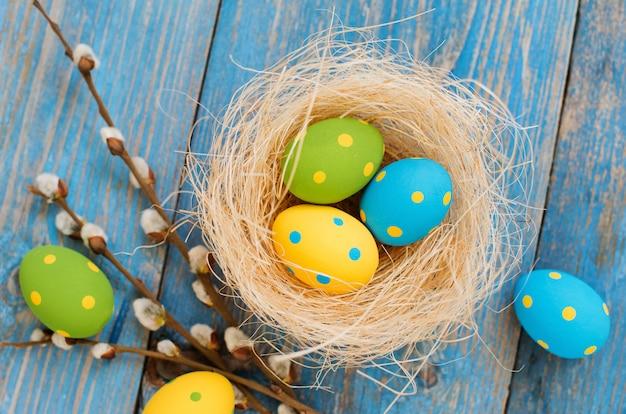 Ovos de páscoa em uma mesa de madeira azul