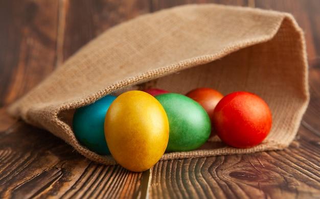 Ovos de páscoa em uma superfície de madeira na serapilheira