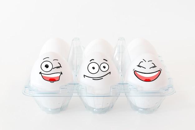 Ovos de páscoa engraçados com diferentes caras engraçadas