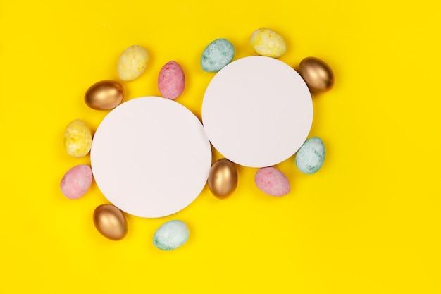 Ovos de páscoa fazendo um quadro em torno de um copyspace.