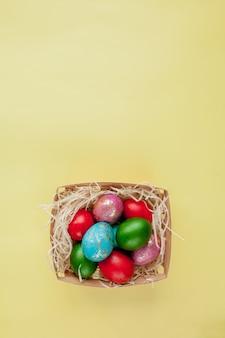 Ovos de páscoa felizes com fundo amarelo