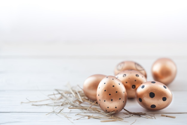Ovos de páscoa lindos decorados de cor dourada.