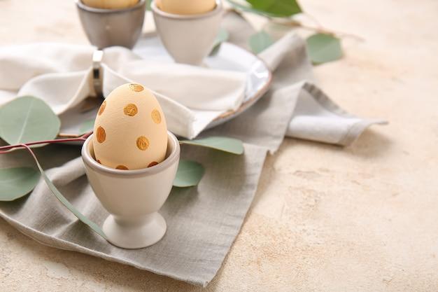 Ovos de páscoa lindos na mesa de luz
