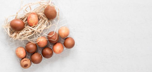 Ovos de páscoa marrom pintados sazonalmente em postura plana