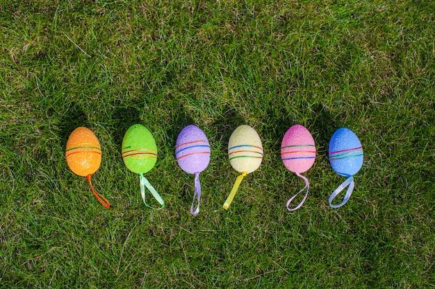 Ovos de páscoa multi-coloridas na grama verde