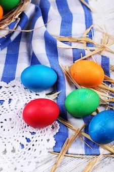 Ovos de páscoa na cor de madeira