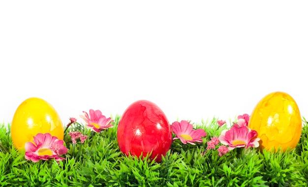 Ovos de páscoa na grama