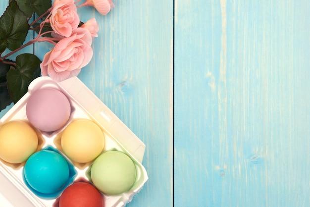 Ovos de páscoa na madeira azul