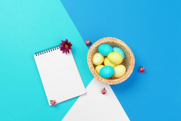 Ovos de páscoa nas cores azuis. o lugar do texto no papel