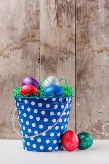 Ovos de páscoa no balde de lata azul