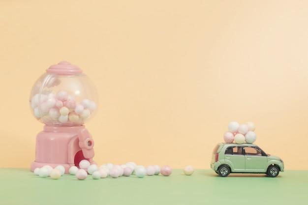 Ovos de páscoa no carro antigo com máquina de venda automática de brinquedos de ovo como composição de foco seletivo e cor pastel suave em tons para o conceito de páscoa