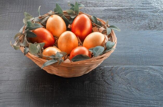 Ovos de páscoa no cesto. ovos da páscoa pintados na cor coral vivo.