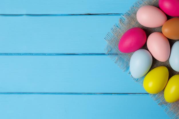 Ovos de páscoa no fundo azul de madeira