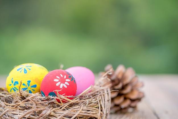 Ovos de páscoa no ninho na mesa de madeira velha