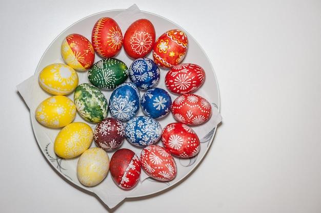 Ovos de páscoa no prato. pintado com cera e corantes alimentares. conceito de feriado de páscoa. resultado.