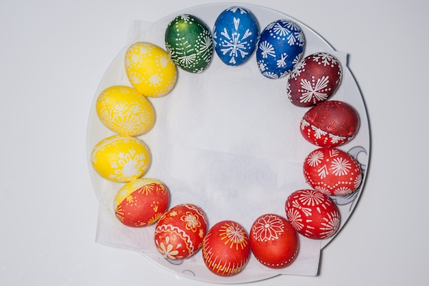 Ovos de páscoa no prato. pintado com cera e corantes alimentares. conceito de feriado de páscoa.