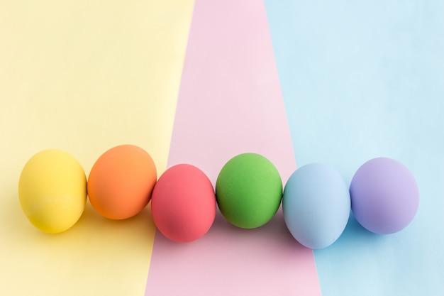 Ovos de páscoa pastel na vista superior