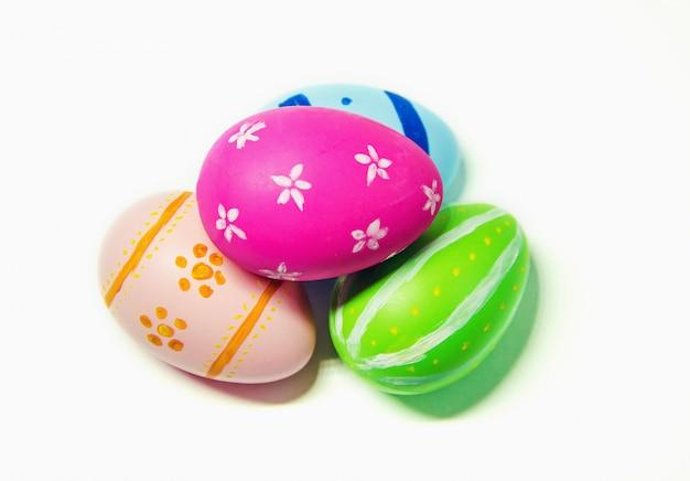 Ovos de páscoa perfeitos feitos à mão. no fundo branco isolado. foco seletivo.