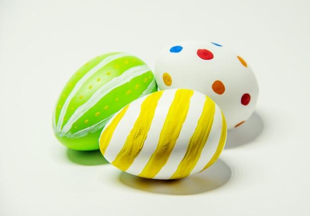 Ovos de páscoa perfeitos feitos à mão. no fundo isolado branco. foco seletivo.