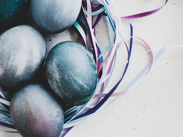 Ovos de páscoa pintados com cores brilhantes. feliz páscoa