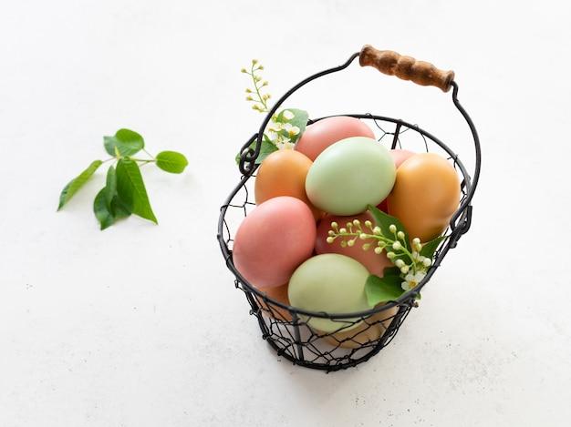 Ovos de páscoa pintados com tinta natural à base de plantas em tons pastel