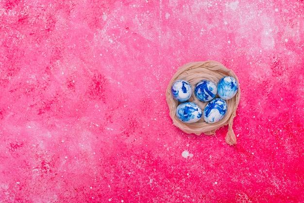 Ovos de páscoa pintados de azul no ninho