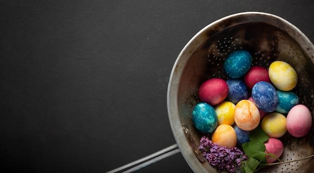 Ovos de páscoa pintados de banner e ramo de lilás