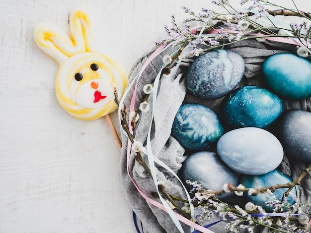 Ovos de páscoa pintados em cores brilhantes e doces