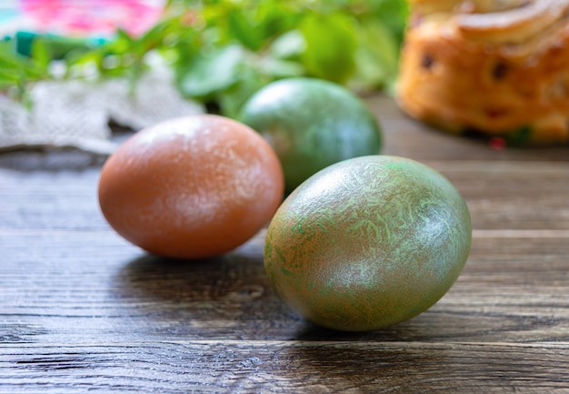 Ovos de páscoa pintados em uma mesa de madeira.