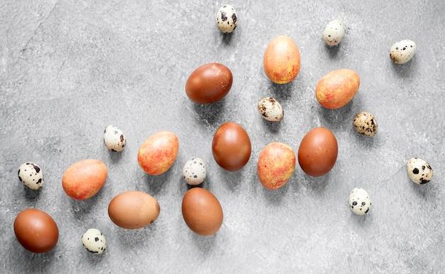 Ovos de páscoa pintados sazonais em postura plana