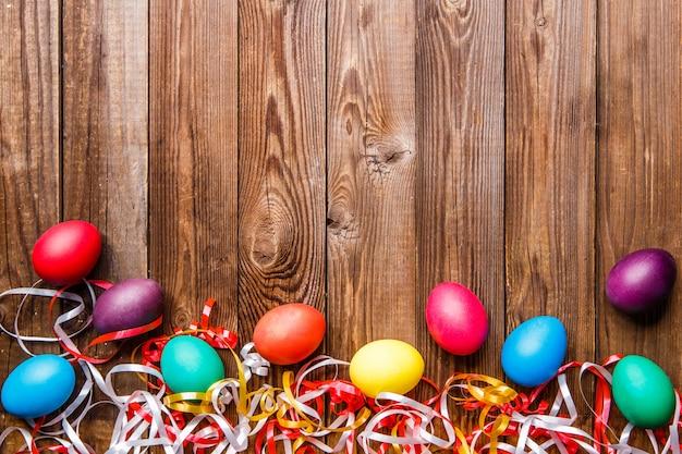 Ovos de páscoa sobre a mesa de madeira