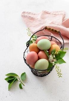 Ovos de páscoa sortidos na cesta. tintura de ovo natural de especiarias, ervas