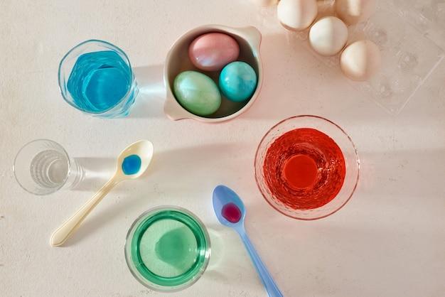 Ovos de páscoa tingidos em vidro com cores