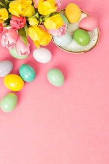 Ovos de páscoa tulipa flores rosa fundo decoração