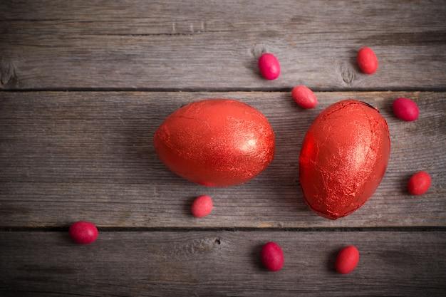 Ovos de páscoa vermelhos em fundo escuro de madeira