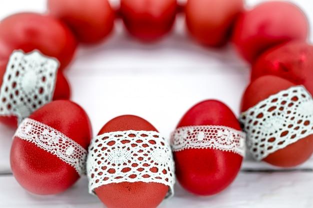 Ovos de páscoa vermelhos em um fundo branco