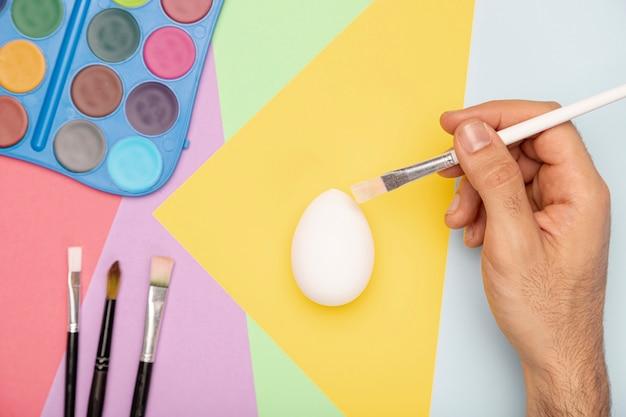 Ovos de pintura à mão para a páscoa